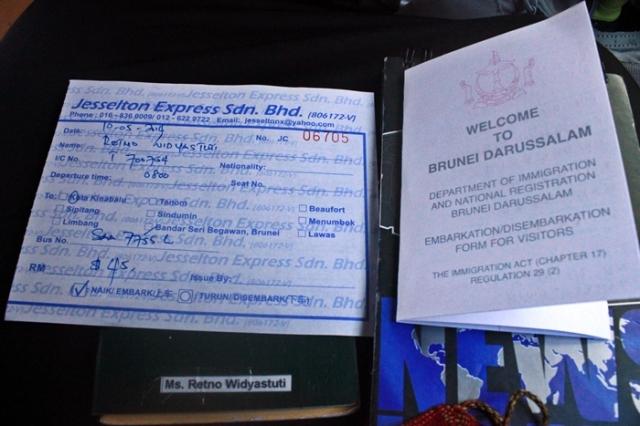Tiket bis, paspor plus kartu imigrasi Brunei